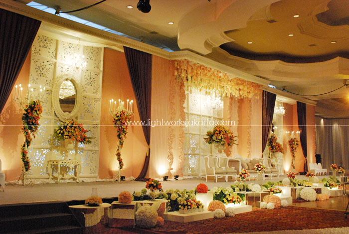 Renzi and Kezia's Wedding ; Decoration by Vica Decor ; Located in Ritz Carlton Kuningan ; Lighting by Lightworks