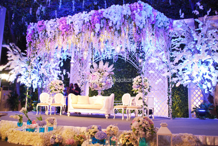 Fajar & Lusi's Wedding ; Decorated by Elssy Design ; Located in Nusantara Room - Dharmawangsa Hotel ; Lighting by Lightworks