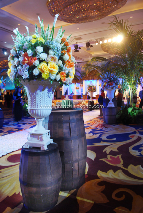 Yoga & Michelle's  Wedding ; Decorated by Vica Decoration ; Located in The Grand Ballroom Shangri-La Hotel ; Lighting by Lightworks