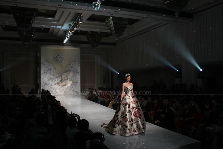 "Grand Hyatt Wedding Fair 2013; Didi Budiardjo's Fashion Show ""Reverie""; Carousel by Nefi Decor; Lighting by Lightworks"