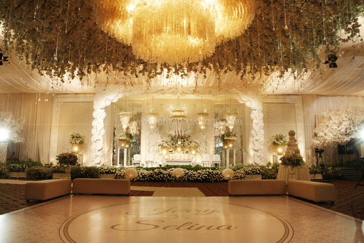 Gold lightworks jerry selinas wedding decorated by nefi decor located in hotel mulia lighting junglespirit Choice Image