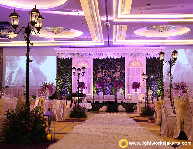 Wedding table arrangement lightworks brendan and gabriels wedding reception venue at raffles hotel wedding entertainment and sound by junglespirit Images