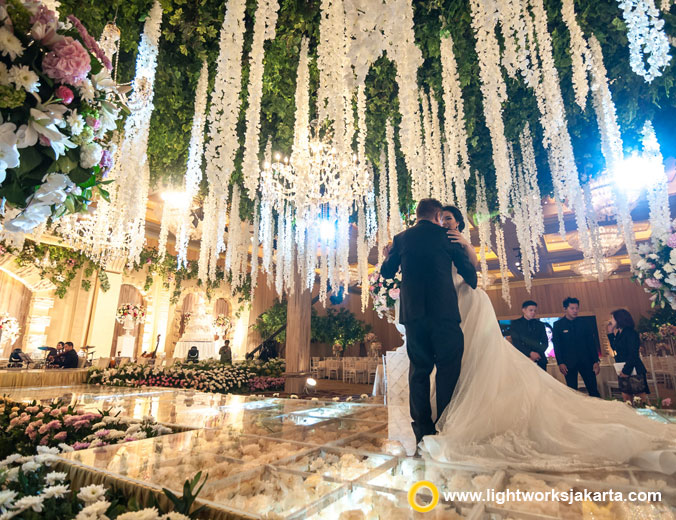 Daniel and Kiandra wedding reception | Venue at Hotel Mulia | Organised by Shelavie | Decoration by Arie Decor | Music by All Star Music Entertainment | Photography by Merwin Photography and Avin Lim | MC by Becky Tumewu | Wedding cake by LeNovelle Cake | Lighting by Lightworks Jakarta