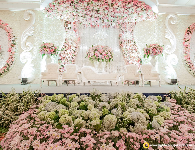 Selvy and Sindu's wedding reception | Venue at JW Marriott | Decoration by Grasida Decor | Organised by Amorette Organizer | Cake by Eiffel Cake | Entertainment by David Entertainment | Lighting by Lightworks
