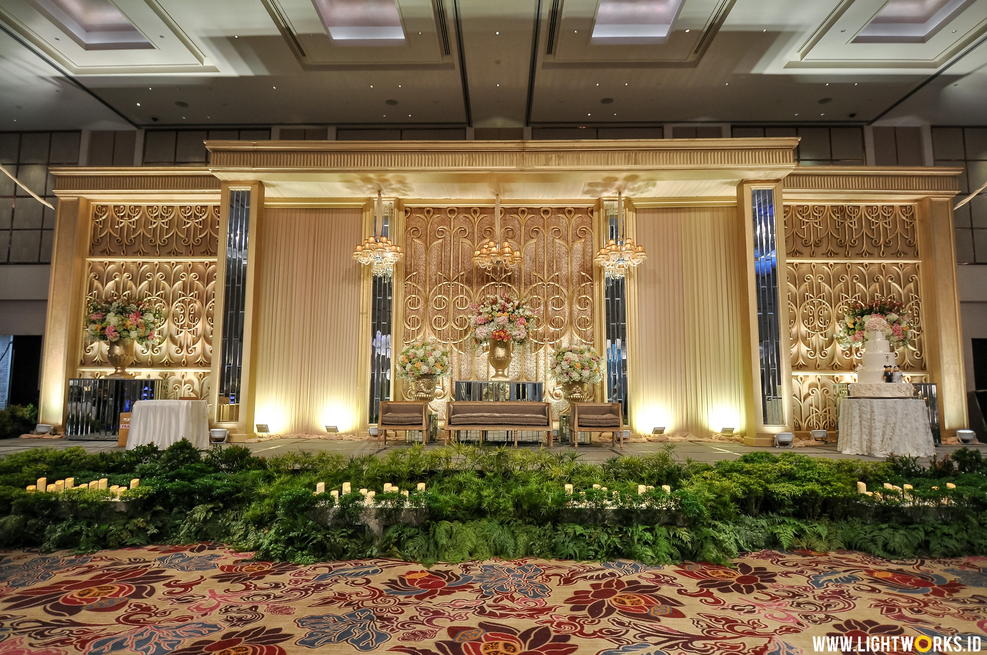 Happy day happiest day lightworks androe and melphanies wedding reception venue at fairmont hotel jakarta decoration and brides bouquet junglespirit