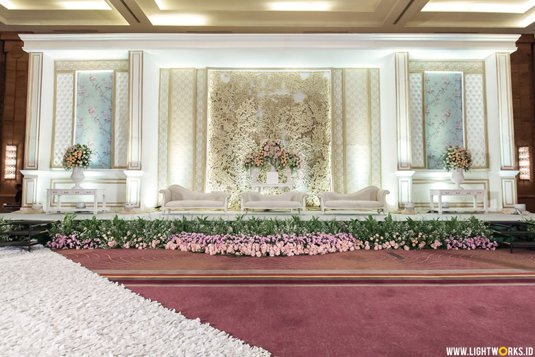 Hongadi and Amelia's wedding reception | Venue at Pullman Jakarta Central Park | Decoration by DeSketsa Decoration | Entertainment by Red Velvet Entertainment | Photo by Kairos Works | Cake by Ivoire Cake | MC: Paul | Lighting by Lightworks